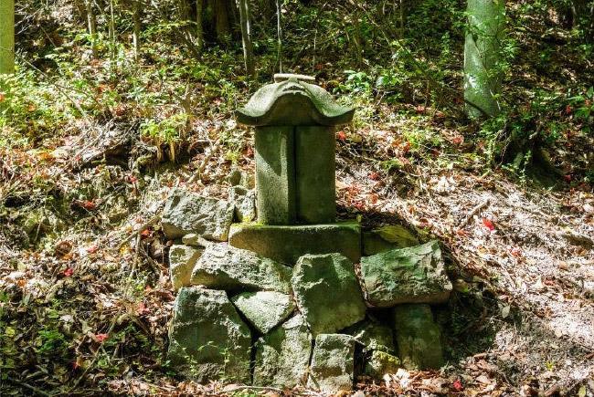 [院のお墓]安徳天皇の仮御陵と伝えられている。